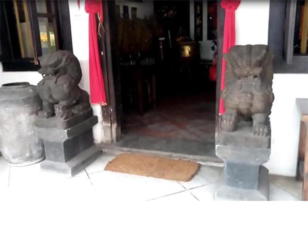 sepasang patung singa depan pintu masuk