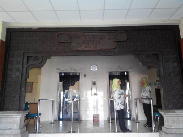 Pintu lift Menara Al-Husna