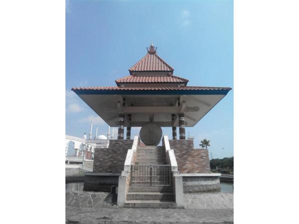 Beduk Besar di depan Masjid Agung